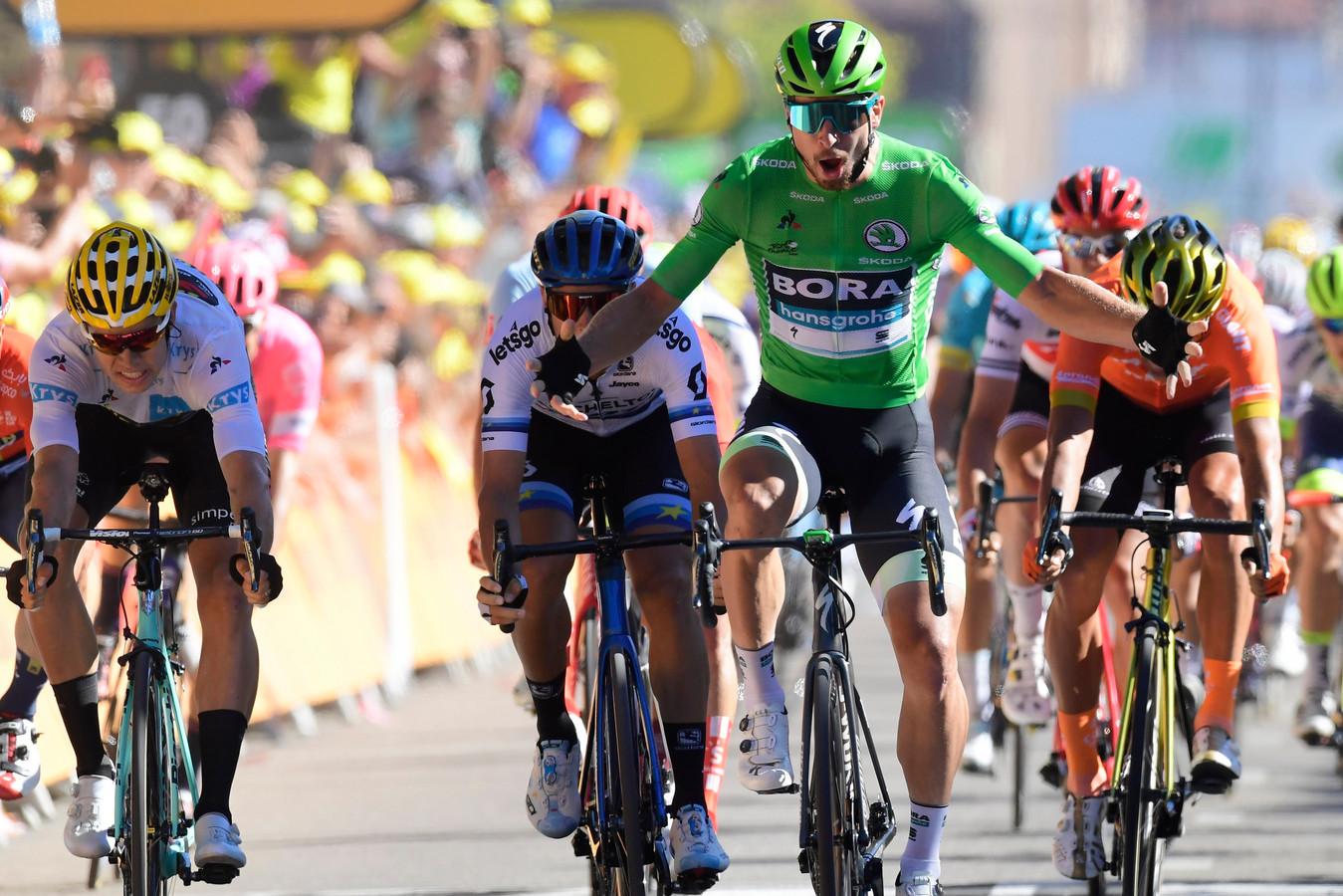 Wout van Aert (links), Matteo Trentin (midden, met blauwe helm) en Greg van Avermaet (rechts) komen tekort tegen Peter Sagan (groen). voor Ina van Kolfschoten uit Wierden maakt dat niet uit; zij heeft alle vier renners in haar Lezerstourteam.