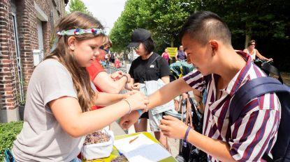 Yentl (11) en Sarah (13) delen armbandjes uit