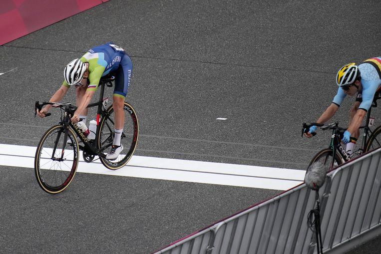 Pogacar links, en Van Aert komen over de finish. Beeld AP