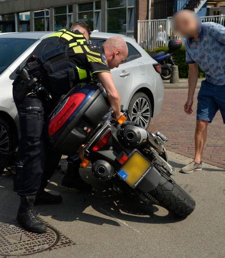 Dappere motorrijder gaat achter fietsendief aan in Breda maar botst tegen auto
