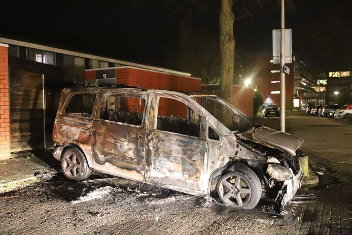 Zondagavond is een geparkeerde bestelbus aan de Operalaan in Gouda in vlammen opgegaan.