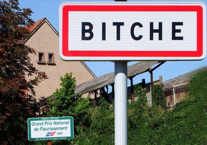 Een straatbord van het dorpje Bitche.