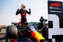 Max Verstappen juicht na zijn zege op Silverstone.