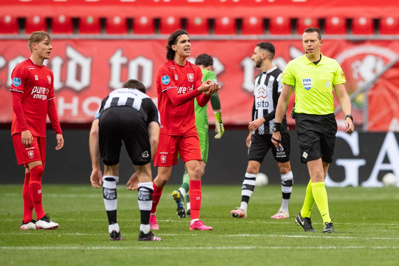 Tot verbazing van de FC Twente-spelers Ramiz Zerrouki en Jesse Bosch draait scheidsrechter Allard Lindhout de strafschop terug.