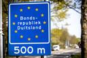 Een bord van de Bondsrepubliek Duitsland vlakbij de grens Denekamp-Nordhorn.