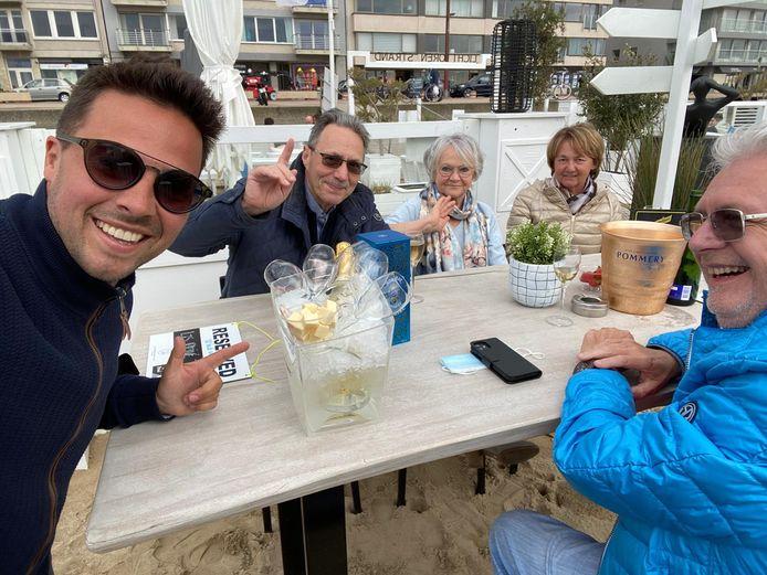 Een enthouasiaste Kevin Caes bedient de eerste klanten van de strandbar in Knokke.