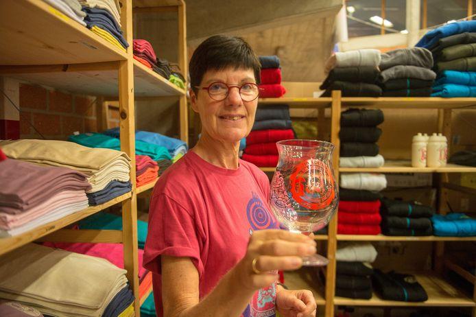 Marleen Van Assche van de Dodentocht-shop toont het nieuwe Duvelglas dat werd ontworpen naar aanleiding van de jubileumeditie. De tekening werd ook gedrukt op tassen en T-shirts.