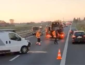 Twee bestelwagens en auto betrokken bij kop-staartbotsing op E403