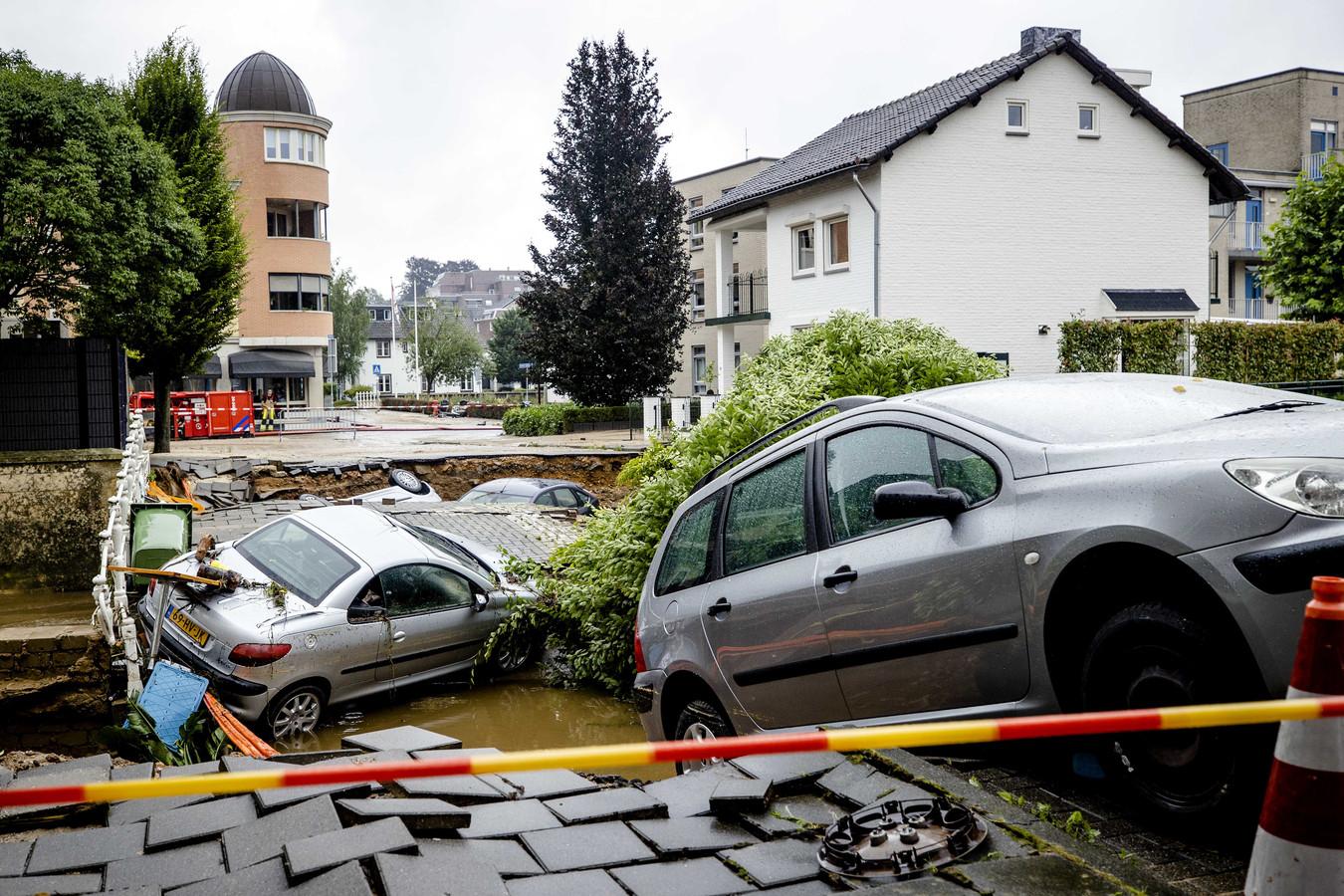 Een brug over de Geul is ingestort. Valkenburg is zwaar getroffen door de wateroverlast.