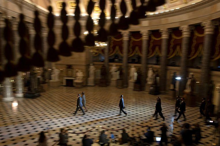 De aanklacht tegen de voormalige president Donald Trump wordt officieel bij de Senaat afgeleverd. Beeld REUTERS