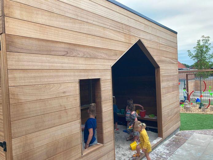 Er is onder meer een speelhuisje met zandbak voorzien.