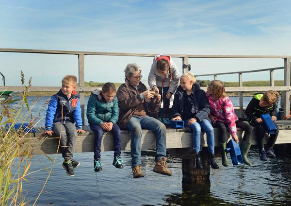 Mieke Weber (midden) vertelt Jessy, Gelud, Maria, Anne, Ilse en Liam over alles fossielen.