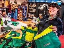 Broek en jas zijn nu tas: het BAT-personeel in Tilburg kreeg zijn oude kleuren als presentje terug