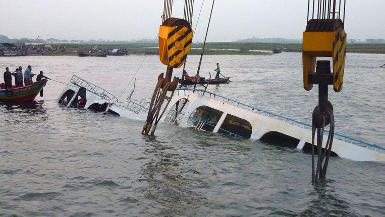 Reddingswerkers zoeken naar slachtoffers in de gezonken ferry