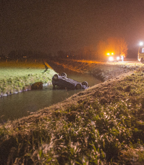 Auto op zijn kop in sloot Poortvliet