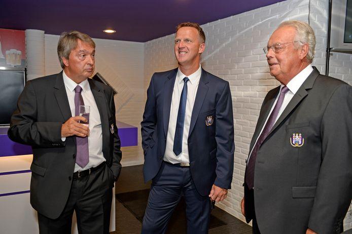 Van den Brom in betere tijden met manager Herman Van Holsbeeck en voorzitter Roger Vanden Stock.
