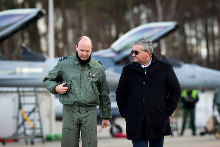 Generaal-majoor Frederik Vansina en minister van Defensie Steven Vandeput Beeld BELGA