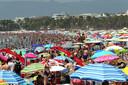 Het is koppen lopen op het strand van Salou. Foto uit juli 2016.