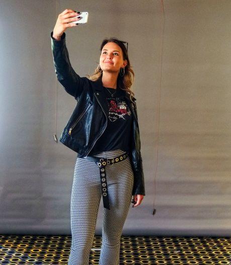 Zo komt Joyce uit Markelo straks in Madame Tussauds te staan; maar met wie maakt zij een selfie?