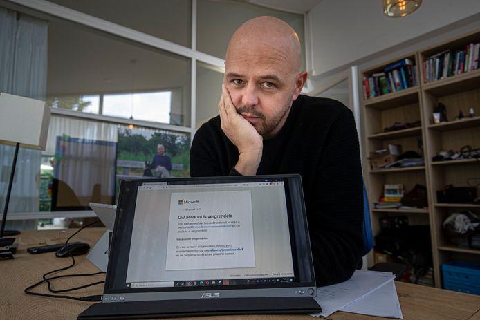 Microsoft heeft het account van Pouwel Slurink uit Lelystad geblokkeerd. Nu kan hij niet bij de duizenden foto's die hij bij de internetreus had opgeslagen. Boosdoener blijkt een foto die Slurink ooit ontving via Whatsapp. Kinderporno, oordeelde Microsoft en het blokkeerde zijn account.
