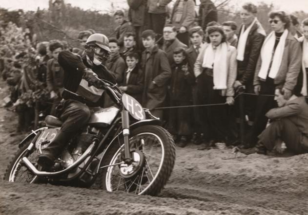 Clijnk tijdens de 'Internationale motocross van Sint Anthonis' op 25 maart 1956. foto's Archief Peter van Hassel ;Piet van den Oever, Jan Clijnk, Hennie Rietman, Frans Baudoin (vlnr) tijdens de rijderspresentatie bij een wedstrijd eind jaren vijftig.