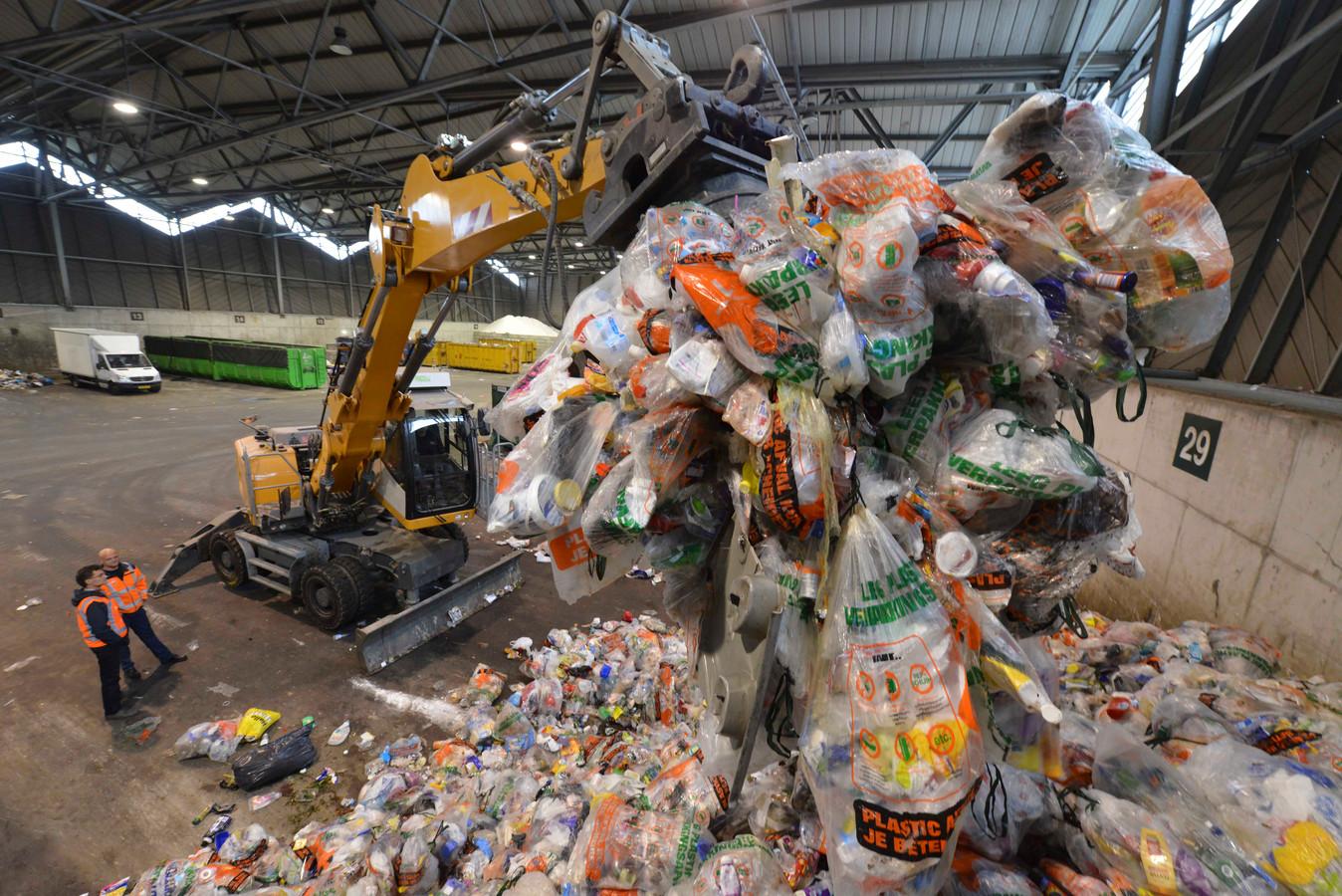 De verwerking van de plastic afvalzakken in de overslaghal bij afvalinzamelaar Avri in Geldermalsen.