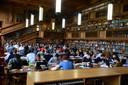 Studenten studeren in de universiteitsbibliotheek van de KU Leuven.