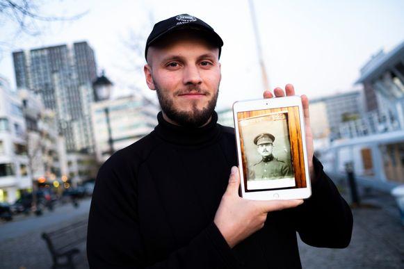 Achterkleinzoon Vincent met een portret van z'n overgrootvader.