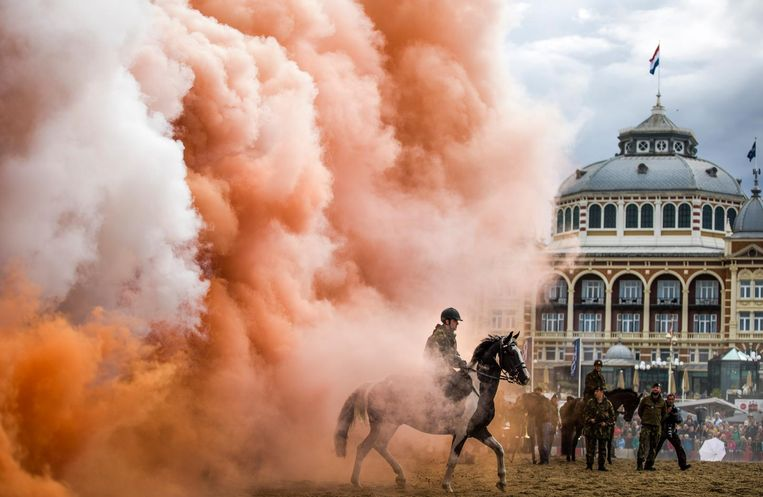 Een cavalerist oefent met rookbommen bij het Kurhaus in Scheveningen. Beeld Freek van den Bergh / de Volkskrant