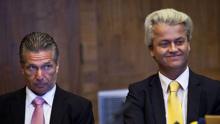 Links PVV'er Louis Bontes naast Geert Wilders in de rechtbank tijdens een kort geding tegen de staat om het Europees noodfonds tot na de verkiezingen uit te stellen, mei 2005. Beeld ANP