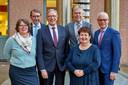 Het laatst college van Haaren, vlnr rechts: Carine Blom (Progressief'96) Harry van Hal (CDA), waarnemend burgemeester Yves de Boer, Martien Vromans (CDA), Adrienne Verschuren (Progressief'96) en gemeentedirecteur Joan van den Akker.