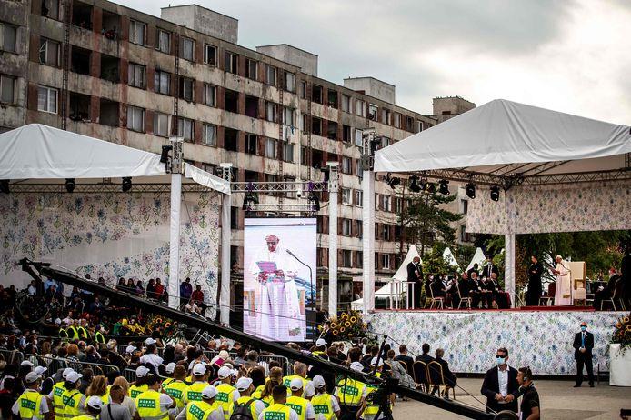 Le pape François est photographié lors d'une visite le 14 septembre 2021 dans le quartier de Lunik IX à Kosice, qui abrite la plus grande communauté de Roms de Slovaquie.