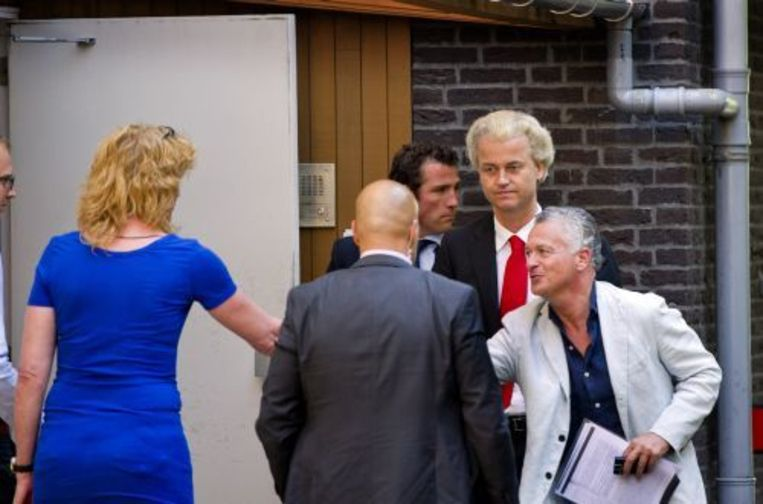 Geert Wilders met zijn advocaat Moszkowicz woensdag bij het politiebureau in Amsterdam. ANP Beeld