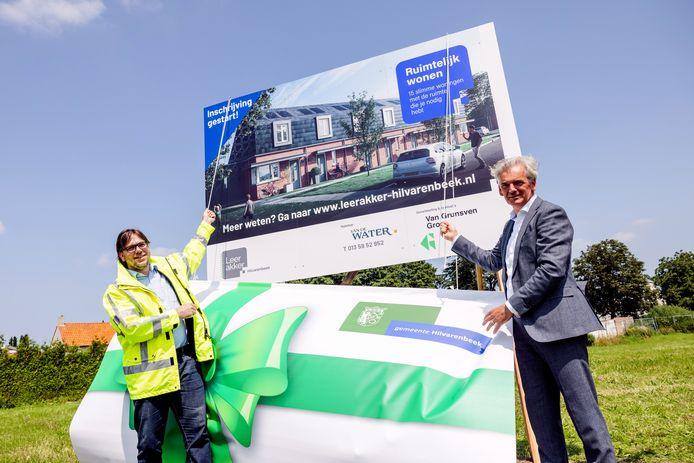 Leon van de Moosdijk (links) onthult met Marcel Hoogendorp van Grunsven Groep het bouwbord. De inschrijving voor de woningen aan de Zadelmaker zijn gestart.