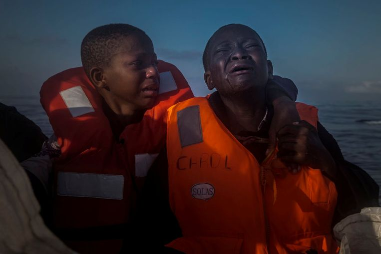 11 jaar oud Nigeriaans meisje huilt in een NGO-reddingsboot. Haar moeder overleed in Libië.  Beeld REUTERS