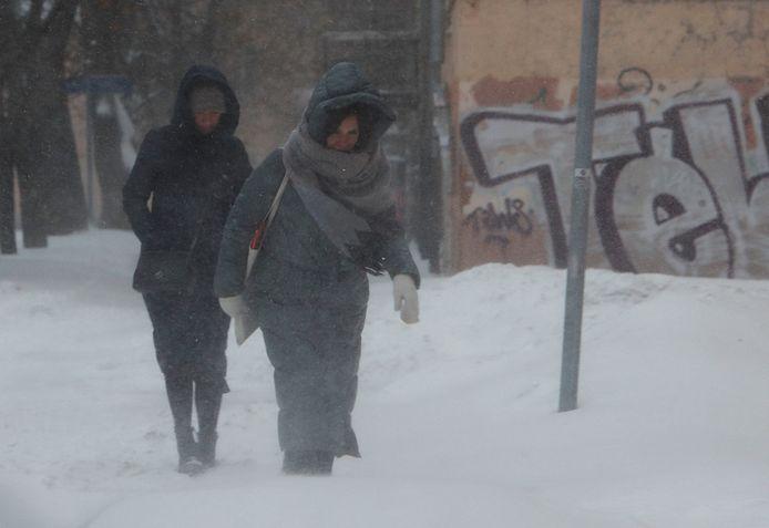 Mensen op straat tijdens de sneeuwstorm in Moskou, beeld van vrijdag.