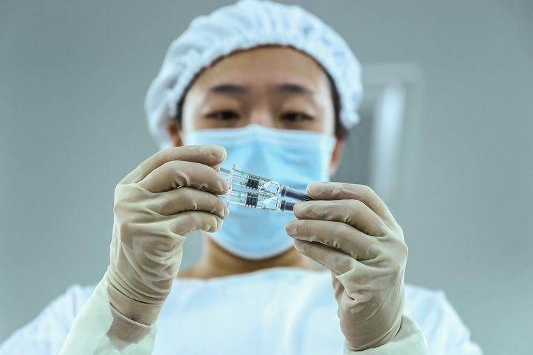 Een door staatsbedrijf Sinopharm ontwikkeld coronavaccin is door China voorwaardelijk goedgekeurd.  Beeld AP