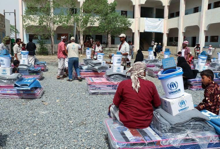 Ontheemde Jemenieten krijgen in Hajjah humanitaire hulp van de UNHCR, de vluchtelingenorganisatie van de VN.  Beeld AFP