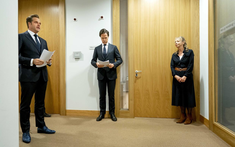 Premier Mark Rutte en minister Hugo de Jonge (Volksgezondheid, Welzijn en Sport) voorafgaand aan een persconferentie voor een toelichting op de coronamaatregelen in Nederland. Beeld ANP