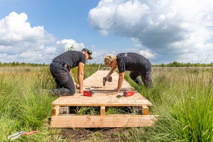 Sander Berkhof (links) en Douwe Oosterveen zijn woensdagmorgen begonnen met het herstellen van het Vlonderpad. Een klus waarvoor een maand en ongeveer 20.000 schroeven nodig zijn.