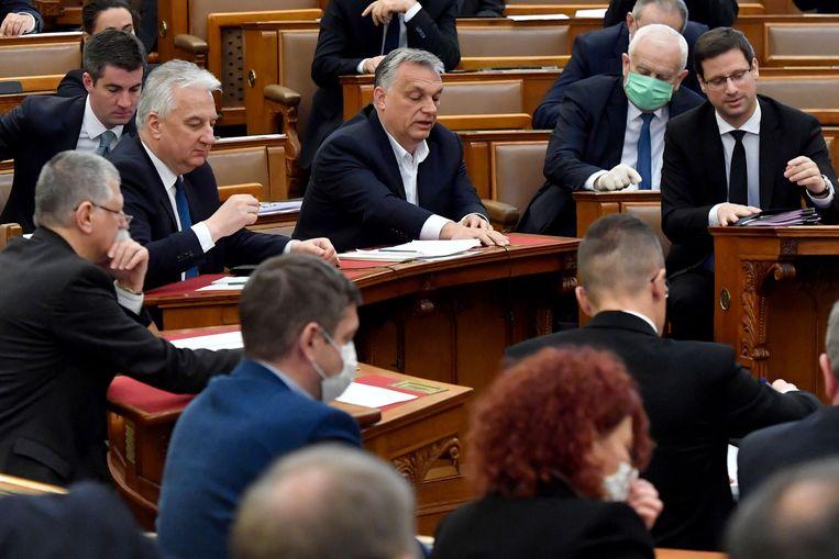 Premier Viktor Orbán (midden) in het Hongaarse parlement in Boedapest, maandag. Beeld AFP