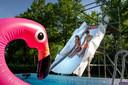 De familie Van de Ven in Esch heeft een heuse glijbaan gemaakt met steigers voor hun zwembad in de tuin.