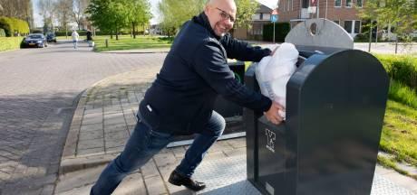 Duwen en draaien: Berry krijgt zijn afvalzak nauwelijks in de container