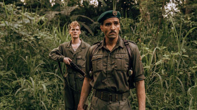 Martijn Lakemeier (links) als soldaat Johan en Marwan Kenzari als kapitein Raymond Westerling in De Oost. Beeld