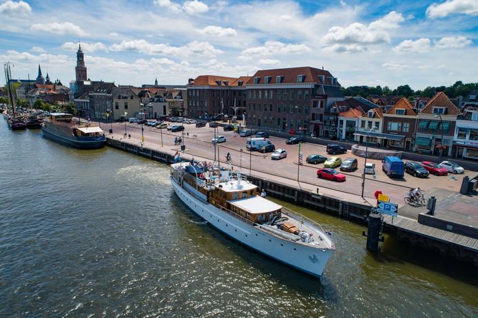 Het 31 meter lange voormalig koninklijk jacht Piet Hein is vandaag en morgen te bekijken in Kampen.