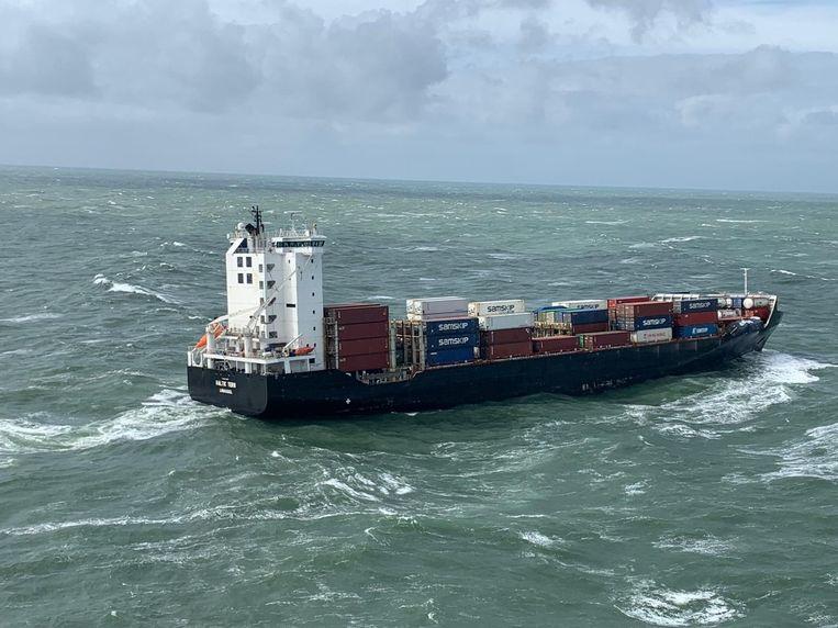 Het schip Baltic Tern heeft op ongeveer 27,5 kilometer ten noorden van Ameland vijf containers verloren. Twee containers staan nog wankel, meldt de Kustwacht. Beeld ANP