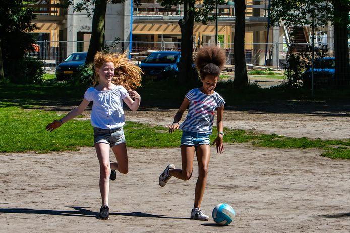 Iris Hoogeslag (l) en Aimée Ahadji die allebei in groep 7 zitten van basisschool De Wingerd spelen vaak op het speelveldje. ,,Ik vind het leuk om daar te voetballen'', zegt Aimée.