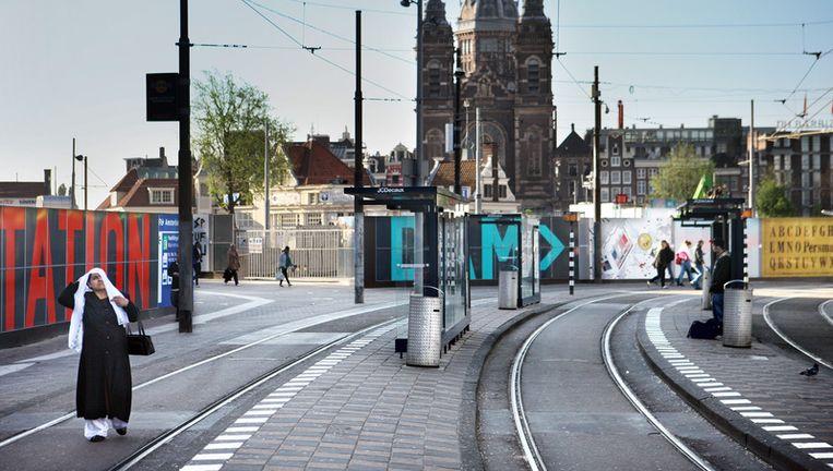 Een nagenoeg leeg Stationsplein bij Centraal Station vanmorgen om 8.00u. Na Rotterdam en Den Haag hebben vrijdag medewerkers van het vervoersbedrijf in Amsterdam hun werk neergelegd tijdens de spits. Jean-Pierre Jans Beeld