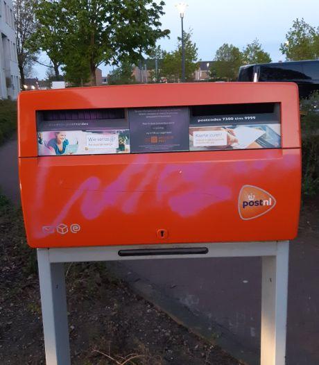 Straatmeubilair met roze verf beklad: Politie zoekt graffitispuiter in Rijssen