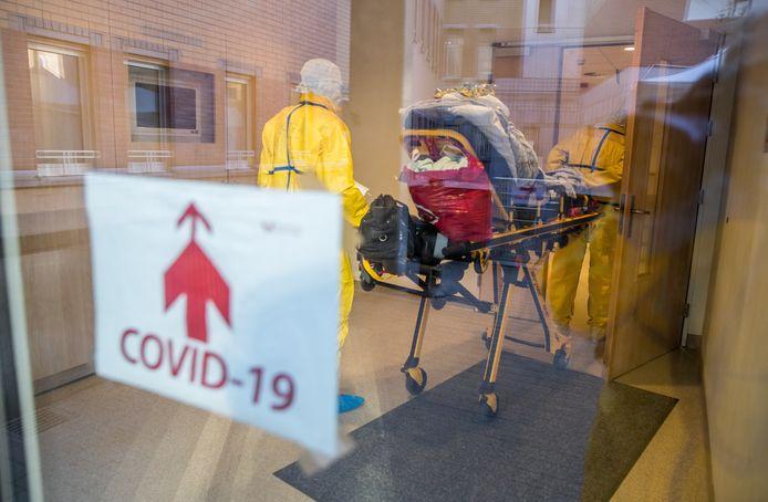 Un patient potentiellement atteint par le Covid-19 au CHU Saint-Pierre, le 24 mars dernier.